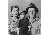Dwuletni Elvis Presley z rodzicami