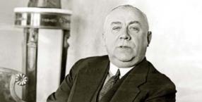 Stefan Ossowiecki w swoim mieszkaniu w Warszawie, przy ul. Pięknej 5 w 1932 r.