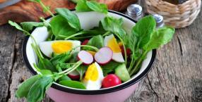 Wiosenne sałatki ze szpinakiem