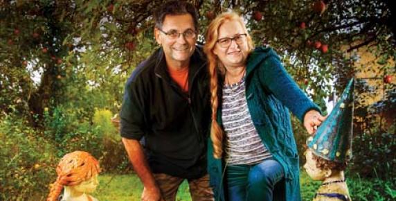 Krzysztof Brzuzan z żoną Anną Hass-Brzuzan w ogrodzie