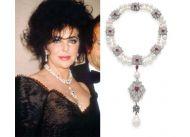 Po aferze z pieskiem, który o mały włos nie połknął drogocennej perły, jej właścicielka Liz Taylor i mąż Richard Burton zamówili u Cartiera stosowną oprawę klejnotu z diamentów i rubinów. Po śmierci aktorki naszyjnik sprzedano na aukcji za ponad 11 milionów dolarów