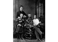 Aleksander ożenił się z Katarzyną po śmierci swojej pierwszej żony, carycy Marii, skracając nawet 40-dniowy okres żałoby. Na zdjęciu z dziećmi, Jerzym i Olgą.