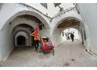 Kajtek opiekuje się siostrą - karmi Rutkę na medinie w Tetuanie w Maroku