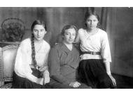 Aleksandra Piłsudska z córkami Wandą (z lewej) i Jadwigą