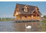 Dom stoi na środku stawu. Można się do niego dostać dzięki kładce. A tuż obok powstał bar i drewniany podest