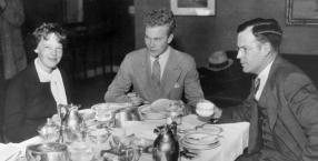 Amelia Earhart z mężem George'em Palmerem Putnamem i jego synem z poprzedniego małżeństwa, Davidem B. Putnamem, w hotelu Providence 5.11.1932 r.