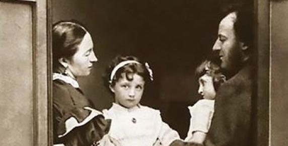 Effie Grey i John Everett Millais z córkami Effie i Mary w oknie swojego domu, 1865 rok