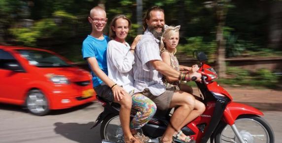 W położonym na północy Laosu mieście Luang Prabang. Rodzina wynajęła skuter, który okazał się pojemny i wytrzymały. W czwórkę przejechali 35 kilometrów, by dotrzeć do zjawiskowych wodospadów Kuang Si